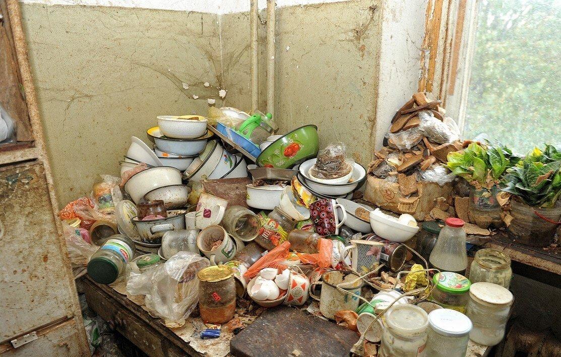 В российском городе в ответ на жалобы соседей вскрыли набитую мусором квартиру