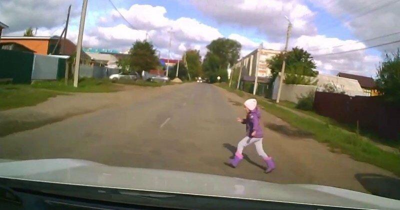 В Чувашии маленькая девочка выбежала на проезжую часть: водитель чудом избежал наезда