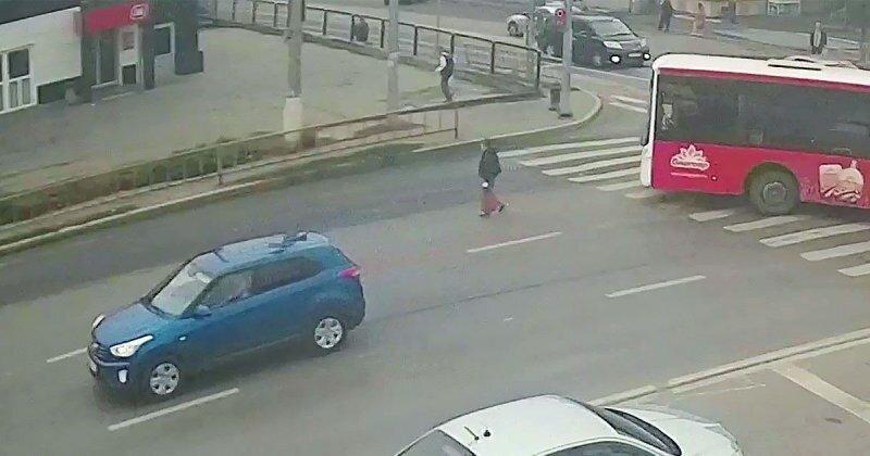 Решила немного срезать: в Волгограде автобус сбил пенсионерку
