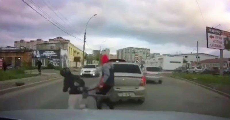 Детишки устроили забеги на дороге и едва не оказались под колесами автомобиля