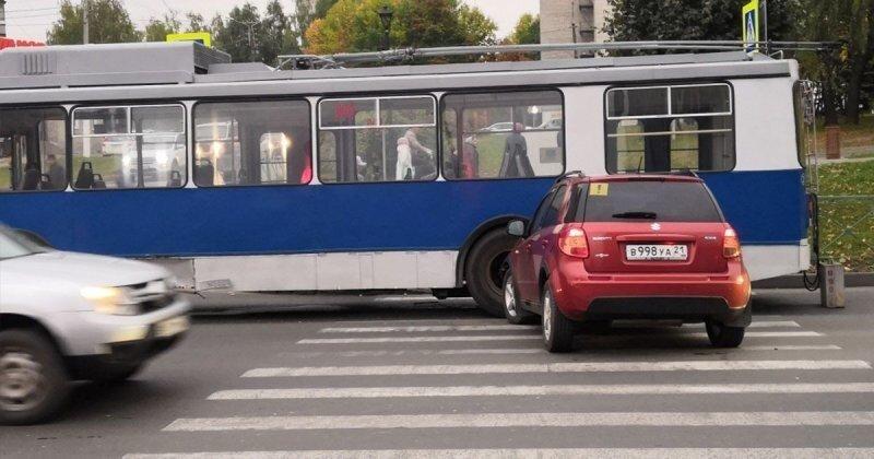 Дамочка подбила сразу два троллейбуса в Чебоксарах