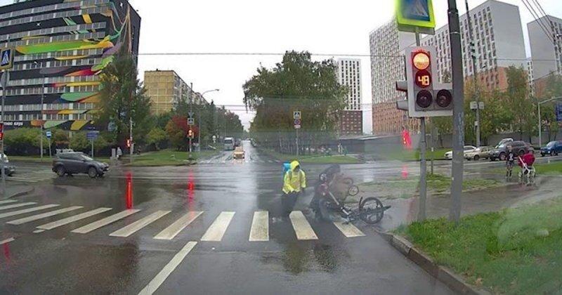 Велокурьер снес коляску с ребенком на юге Москвы