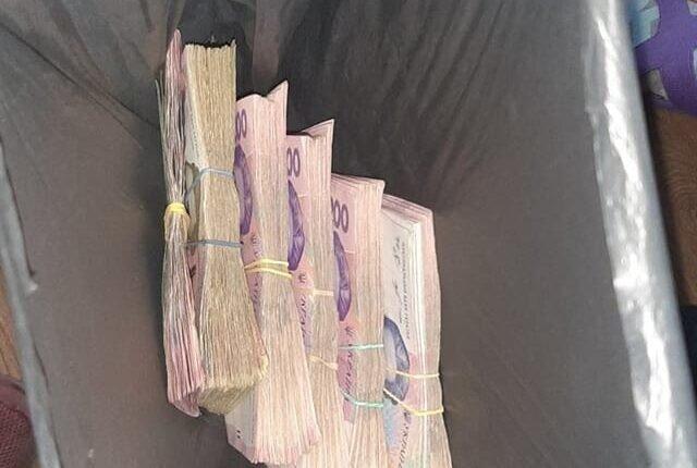 Возле мусорного бака, нашли пакет с деньгами