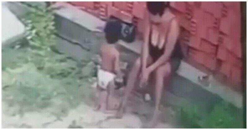 Крепкая  мама защитила сына от падающих кирпичей