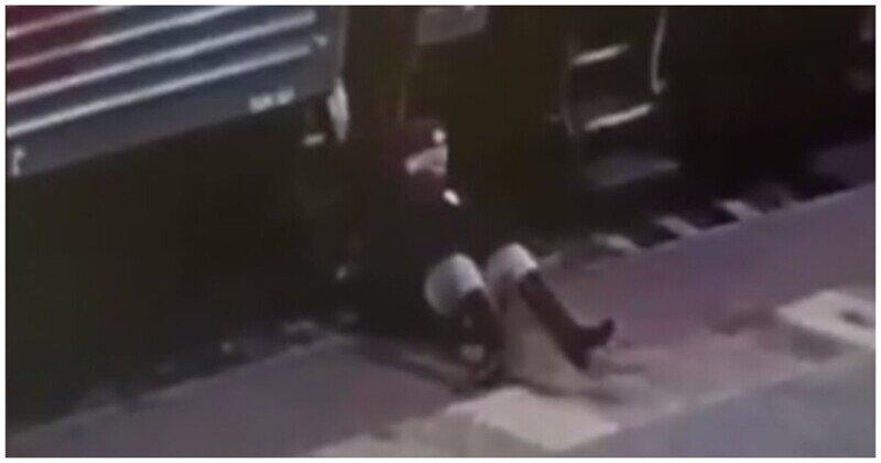 Пьяный пассажир вытолкнул проводницу из вагона