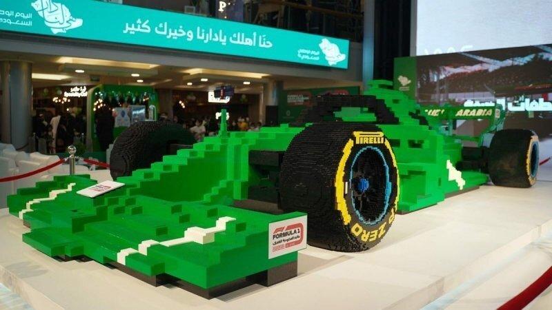 В Саудовской Аравии показали самый большой в мире болид F1, сделанный из Lego
