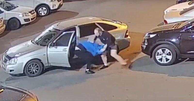 Пьяный водитель повредил два автомобиля и получил тумаков от их владельцев