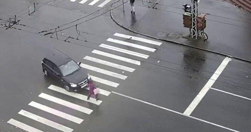 В Петрозаводске водитель сбил женщину, а потом заботливо помог ей подняться на ноги