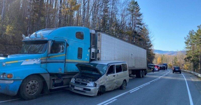 Авария дня. ДТП с участием небольшого экскурсионного автобуса в Иркутской области