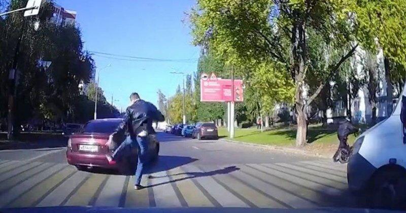 В Воронеже автохам проехал по «встречке» и намеренно чуть не сбил человека