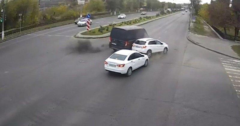 В Волгограде невнимательный водитель фургона пытался развернуться и устроил ДТП