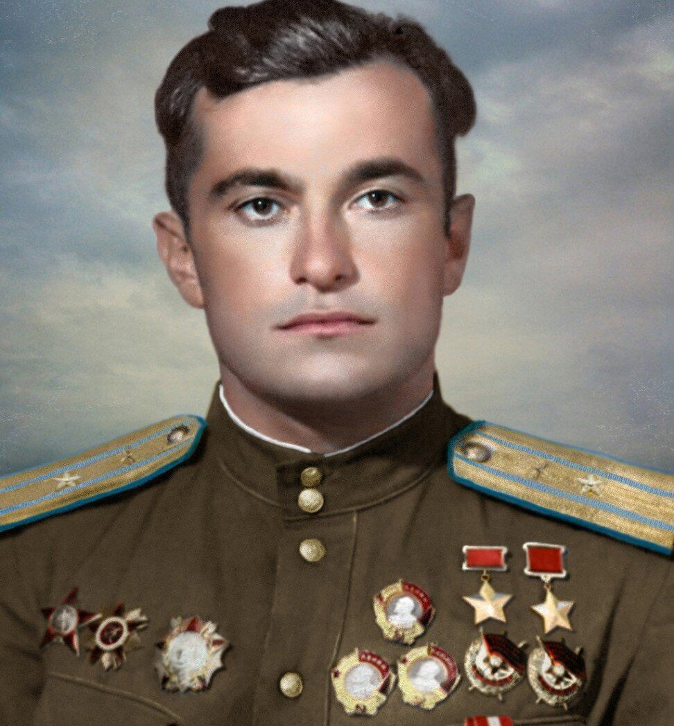 Сбил 49 фашистских самолетов и разбился в 50 лет. Кем был единственный крымский татарин, ставший дважды Героем Советского Союза?