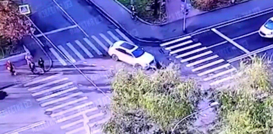 В Москве Bentley выехал на перекрёсток и сбил скутериста