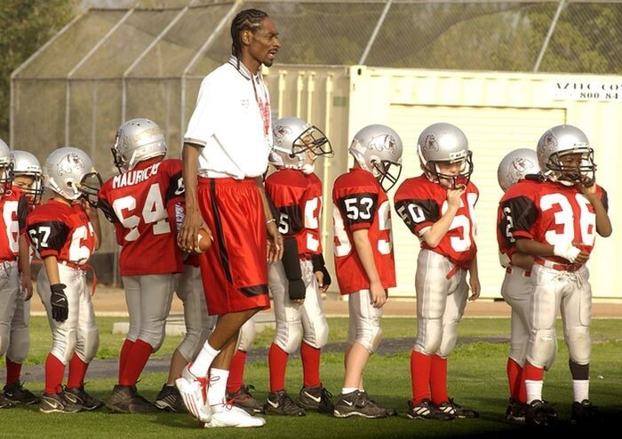 Snoop Dogg coaching a rag-tag team of pee-wee footballers to second place: