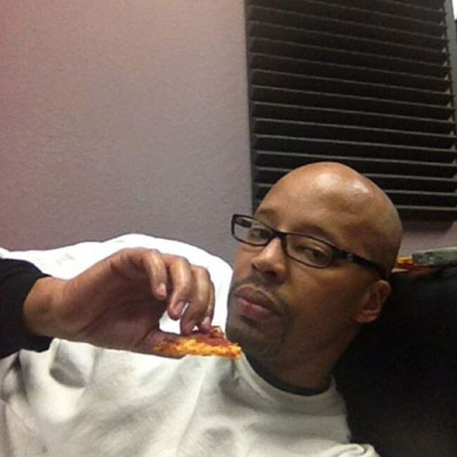 Warren G finishing a slice of pizza: