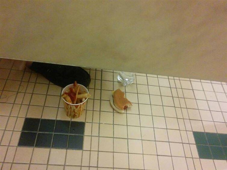 16 Outrageous Bathroom Pics That Will Never Make Sense