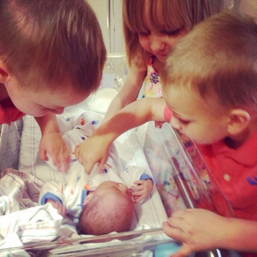 32 Priceless Photos Of Kids Meeting Their Siblings For The First Time