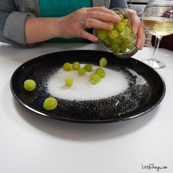Place the marinated grapes in the sugar and roll them around.