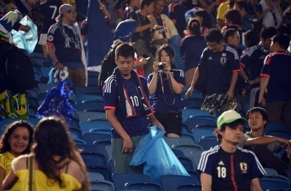 2. At the 2014 World Cup, Japanese fans stayed and cleaned up the stands after the game: