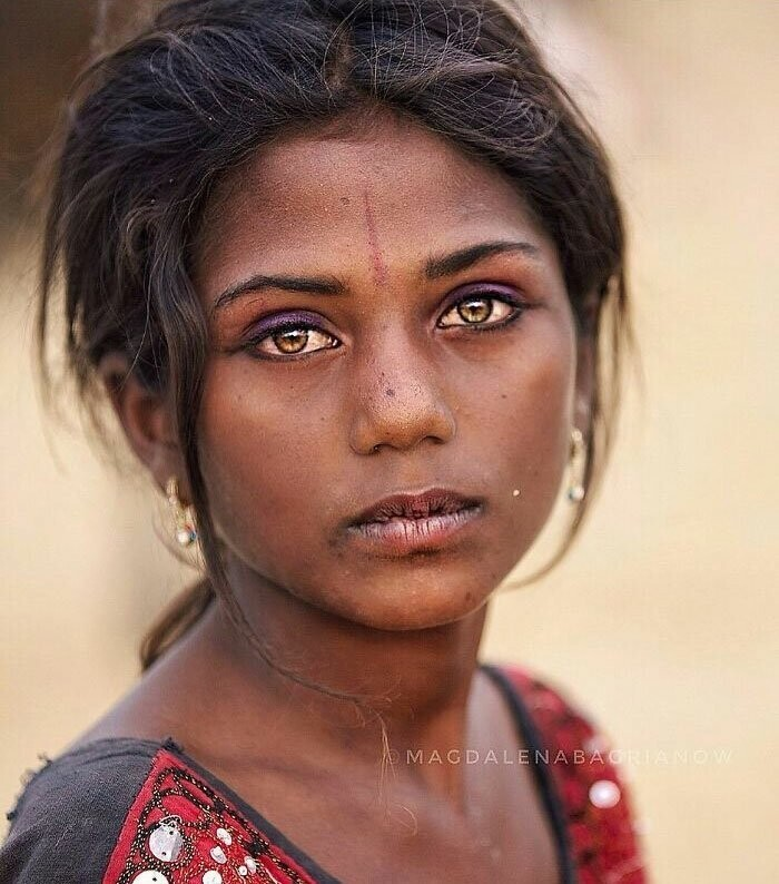 Beautiful Suman from Kalbelia caste, portrait taken at the annual fair in Pushkar