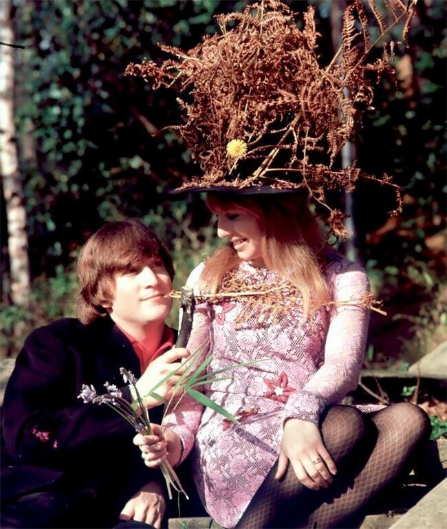 Beautiful Photos Of John Lennon With His First Wife Cynthia At Their Home In 1965