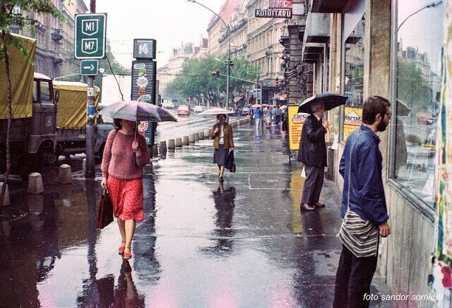 34 Fascinating Pics Capture Street Scenes of Budapest in the 1980s