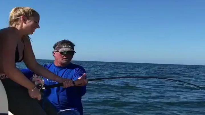 Впечатляющий трофей девушки на рыбалке