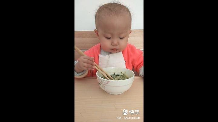 Китайский малыш великолепно управляется с палочками при поедании супа