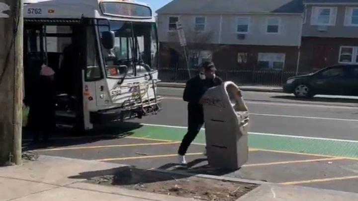 Мужчина украл банкомат и попытался затащить его в автобус