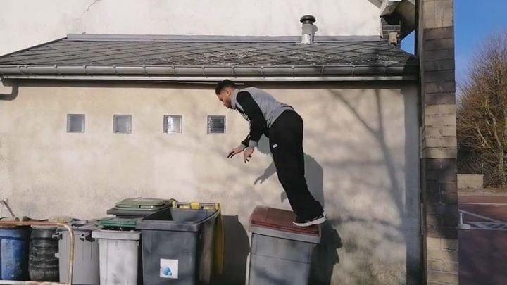 Паркурщик  оступился и нырнул в мусорный бак