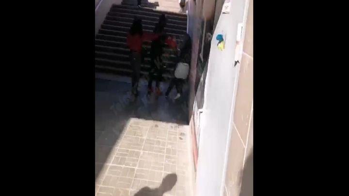 В Киеве темнокожий мужчина избил обокравшую его цыганку