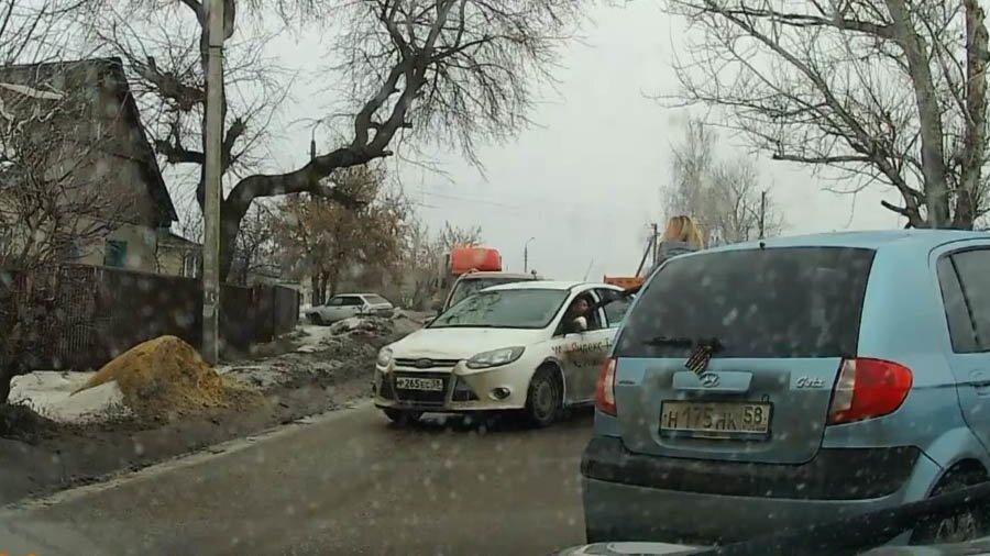 Таксист на встречке в Пензе и невнимательная автомобилистка