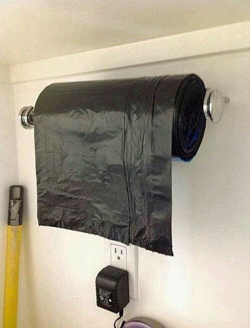 37. Рулон мешков для мусора удобно хранить на держателе для бумажных полотенец