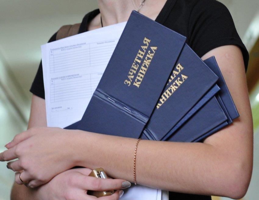 Конституцией гарантируются общедоступность и бесплатность высшего образования?