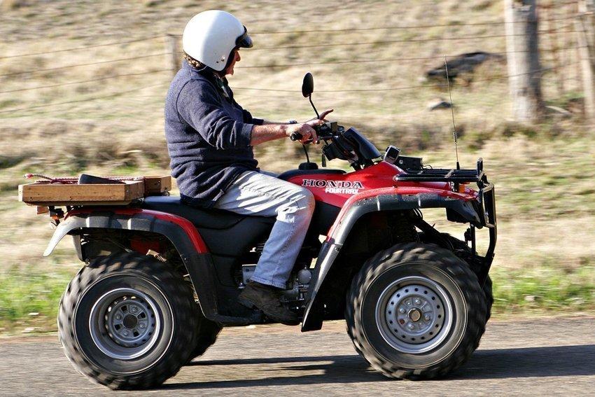 Какие права следует получить для управления квадрициклом или трициклом, учитывая, что вы будете на них выезжать на дорогу?