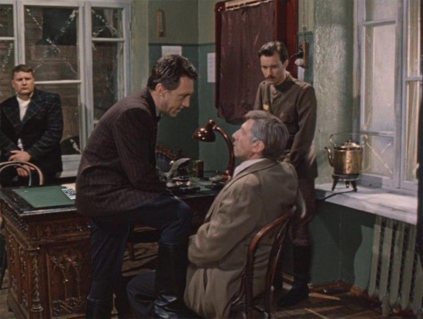 """В этом кадре из фильма """"Место встречи изменить нельзя"""" что-то не так?"""