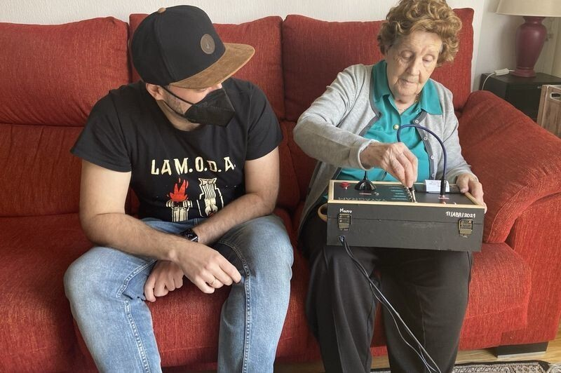 Внук создал прибор для общения со своей 96-летней бабушкой через Telegram (4 фото)