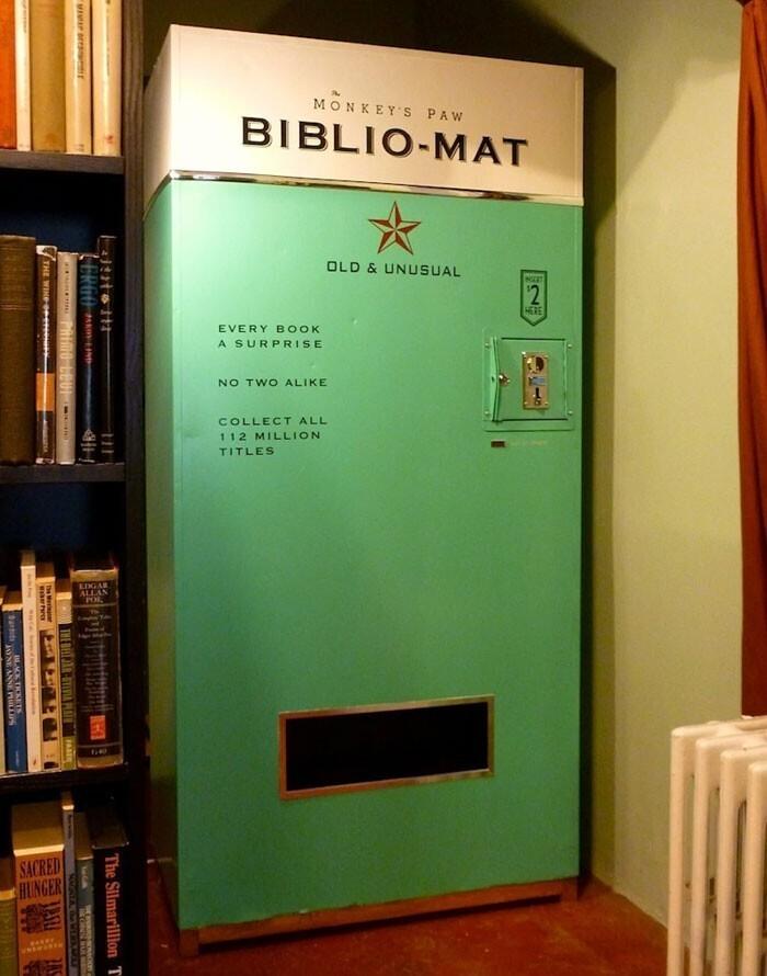 """""""Библиомат"""" - торговый автомат, который за $2 (150 рублей) выдаст вам случайную книгу"""