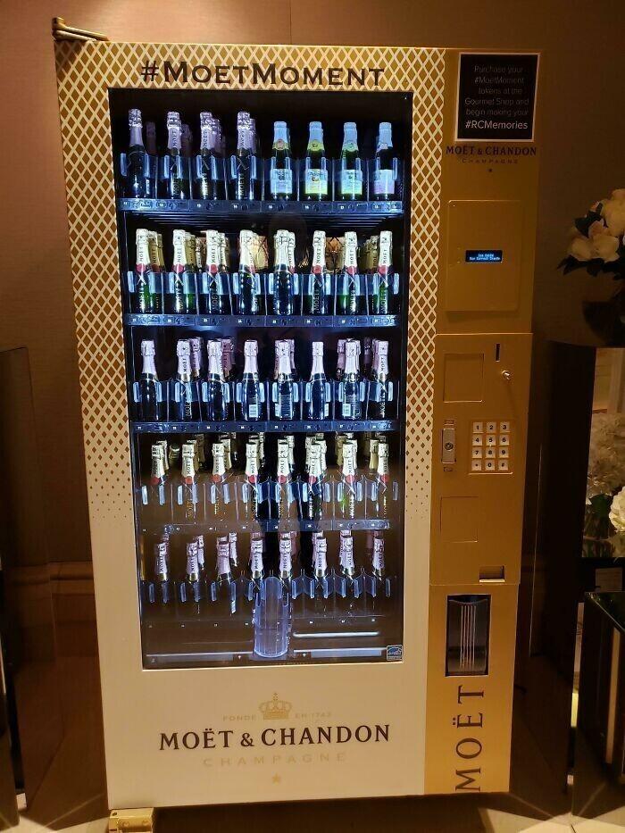 """""""В отеле, где я остановился, есть торговый автомат, который продает исключительно шампанское"""""""