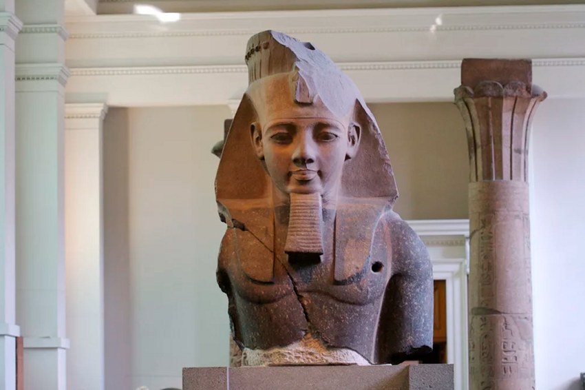 Зачем фараоны Египта носили этистранные платки?