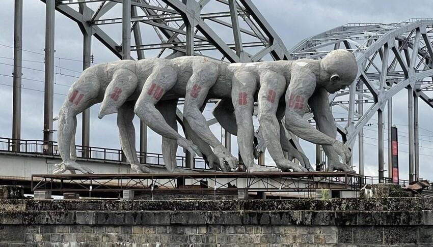"""Власти Риги приняли решение демонтировать скульптуру Homo Democrаticus, который установлен у набережной Даугавы. Жаль, замечательный арт-объект, который в народе ласково прозвали """"рукожопом"""""""