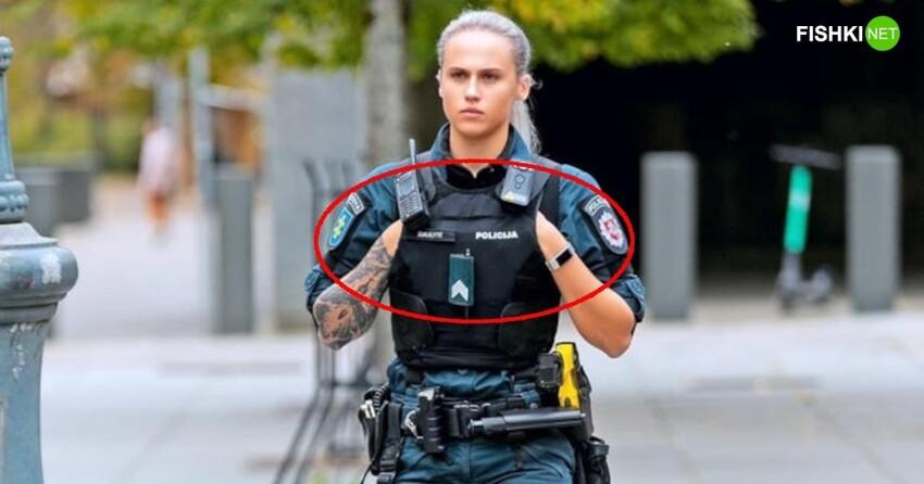Интернет забурлил догадками. Длячего женщина-полицейская держит руки именно так?