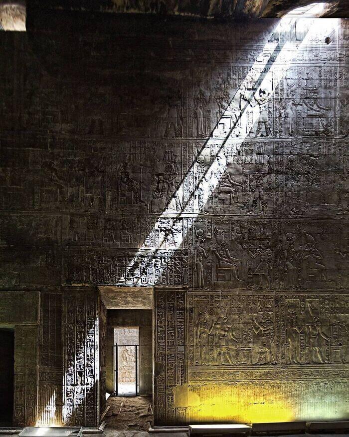 30. Храм Гора в Эдфу, расположенный на западном берегу Нила в Эдфу, Верхний Египет 57 г. до н.э.