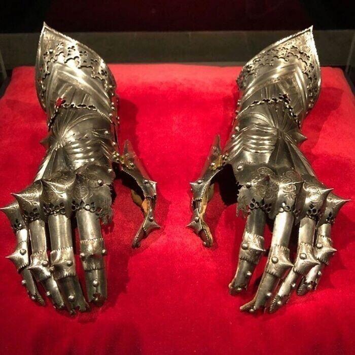 46. Бронированные рукавицы, принадлежавшие императору Священной Римской империи Максимилиану I с 1508 г. до его смерти в 1519 г.