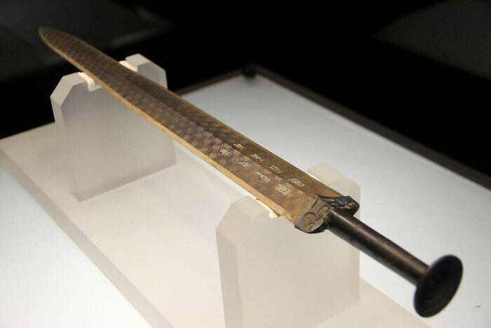 38. Меч Гоуцзянь, найденный в 1965 году. Хубэй, Китай, 771–403 гг. до н.э.