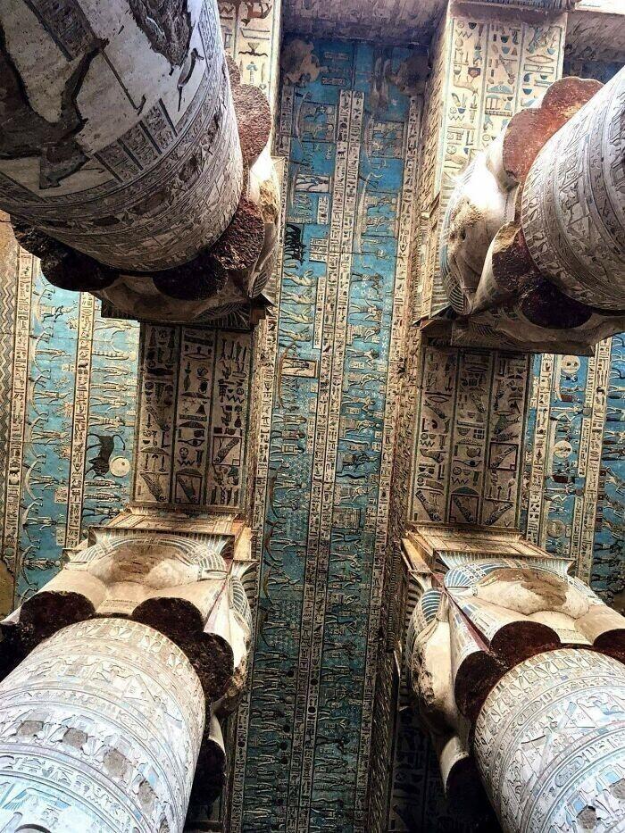25. Потолок 2000-летнего гипостильного (многоколонного) зала храма Хатхор в Дендере, Египет