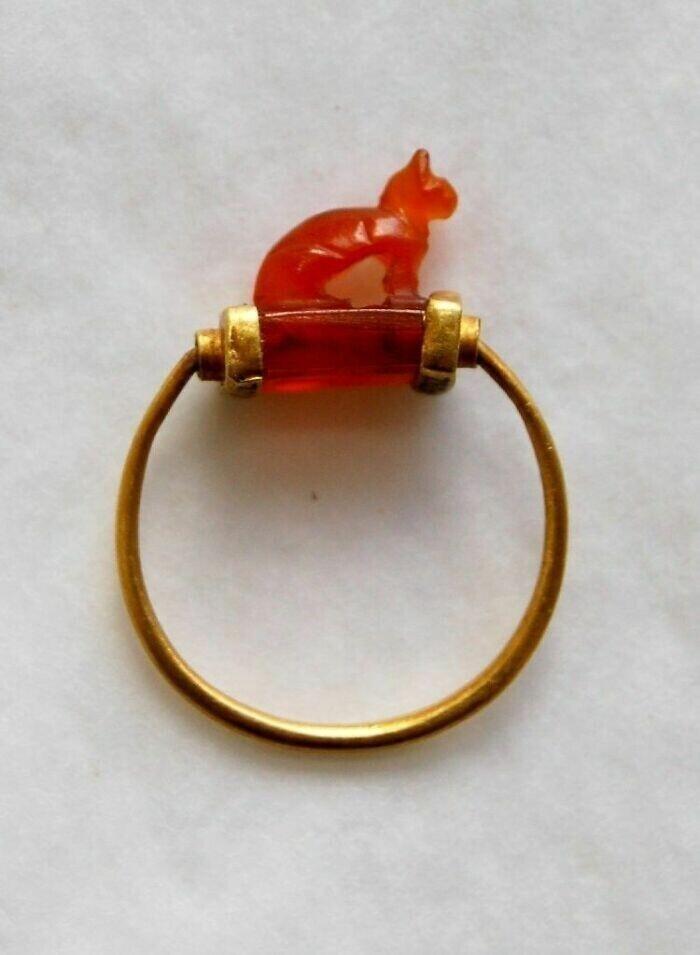 9. Древнеегипетское золотое кольцо с сердоликовым безелем в виде кота, 1070–712 гг. до н.э.